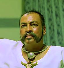 Le Méchant, Bikshu Yadhav, joué par un frère Maka adepte du piercing et de Movember