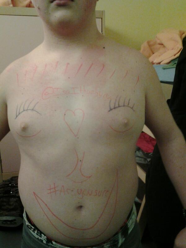 Le mec aussi tatoué qu'un joueur professionnel (les signes tribaux en moins)