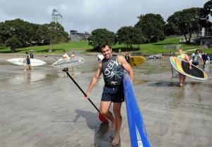 179239_le-francais-david-marty-c-arrive-sur-la-plage-de-takapuna-pour-une-session-de-paddle-surf-le-12-septembre-2011