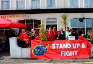Les supporters du Munster provoquent Cudmore dès le bistrot. Habile.